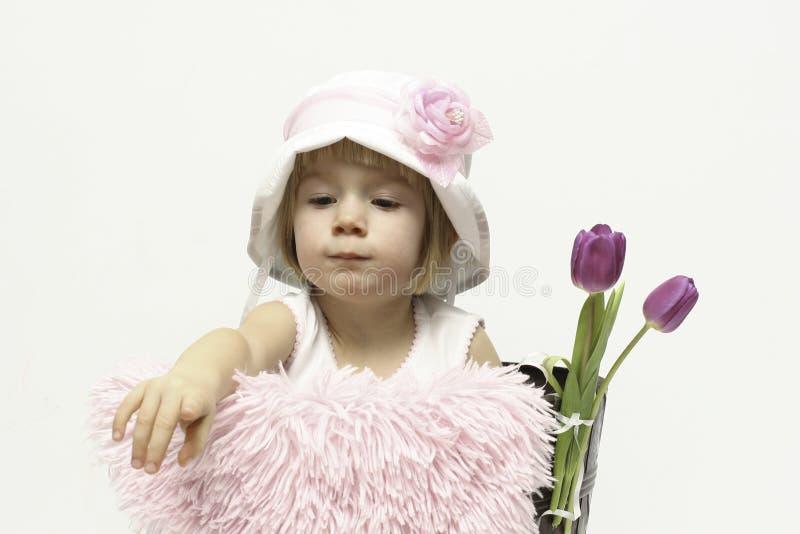 Babymeisje en tulpen royalty-vrije stock afbeeldingen