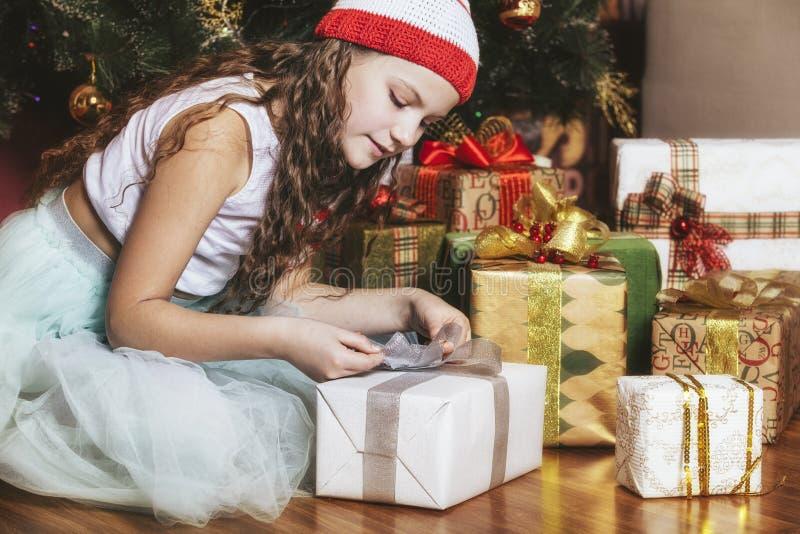 Babymeisje het mooie glimlachen gelukkig en vrolijk in Kerstmis stock afbeelding