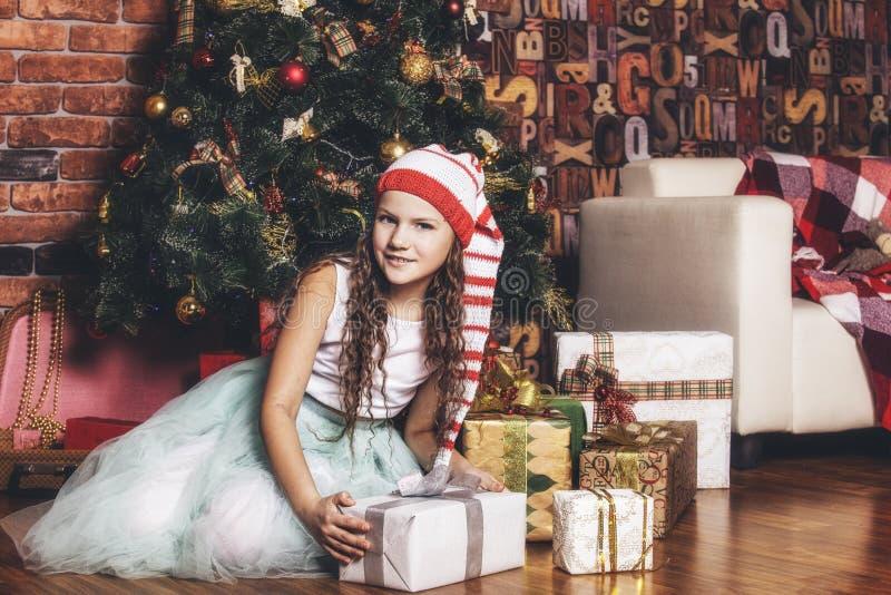 Babymeisje het mooie glimlachen gelukkig en vrolijk in Kerstmis royalty-vrije stock foto