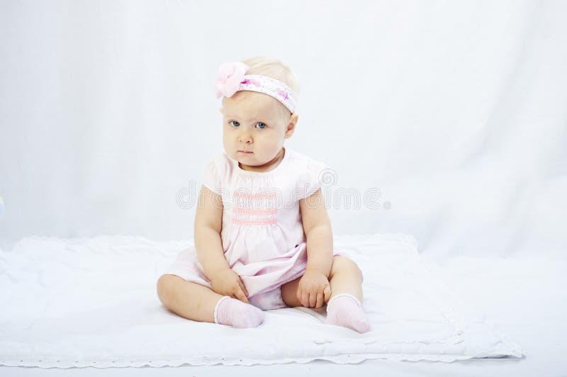 Babymeisje het spelen in de witte studioomgeving royalty-vrije stock afbeelding