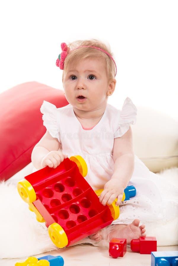 Babymeisje het spelen met kubussen royalty-vrije stock fotografie