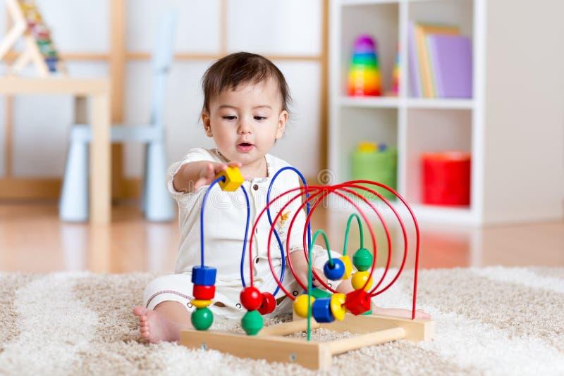 Babymeisje het spelen met onderwijsstuk speelgoed in kinderdagverblijf stock foto afbeelding - Kleine studio ontwikkeling ...