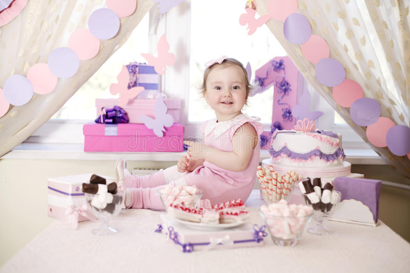 Babymeisje het vieren eerste verjaardag stock afbeelding