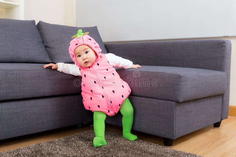 Babymeisje met aardbeikostuum royalty-vrije stock afbeelding