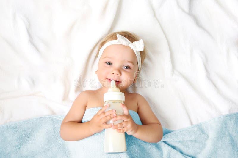 Babymeisje met de lege ruimteachtergrond van de melkfles royalty-vrije stock afbeelding