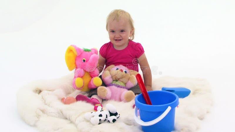 Babymeisje met Speelgoed op Witte Dekking stock videobeelden