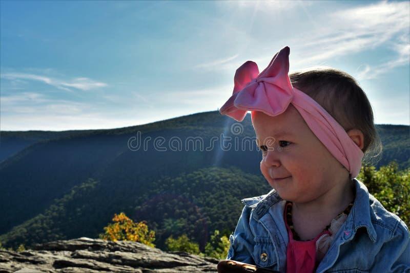 Babymeisje op bergbovenkant royalty-vrije stock afbeeldingen