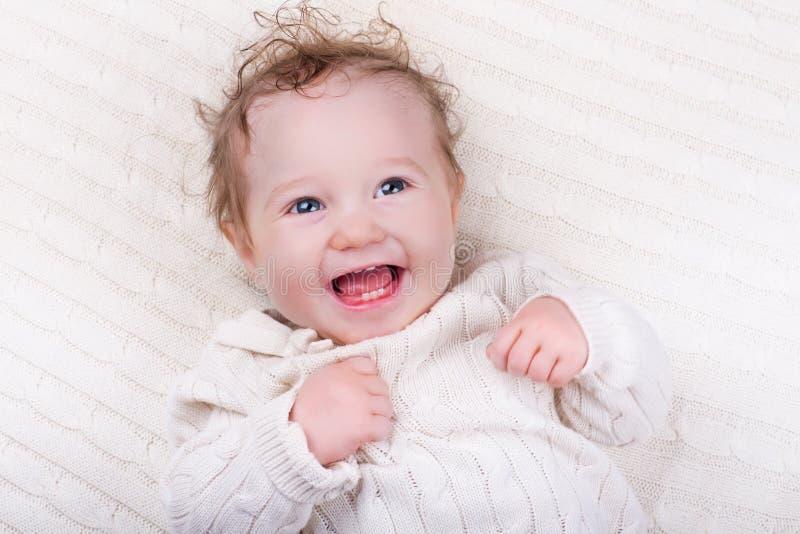 Babymeisje op gebreide deken stock afbeelding