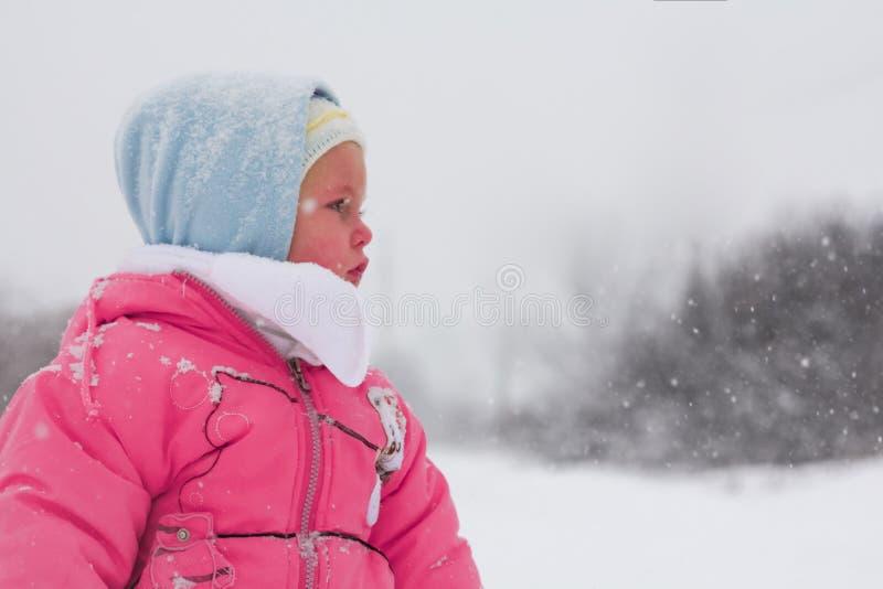 Babymeisje in wintertijd stock foto