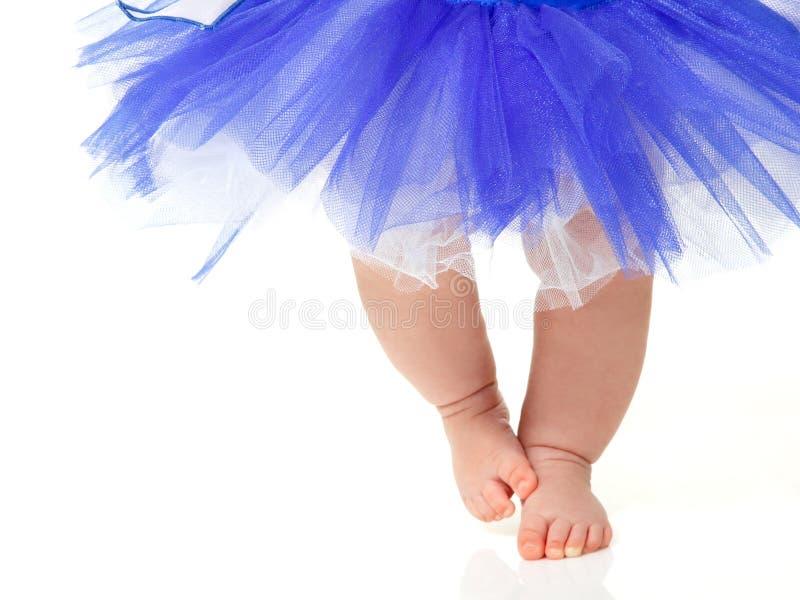 Babymeisje zoals een balletdanser in blauwe die tutu, op wit wordt geïsoleerd royalty-vrije stock foto's