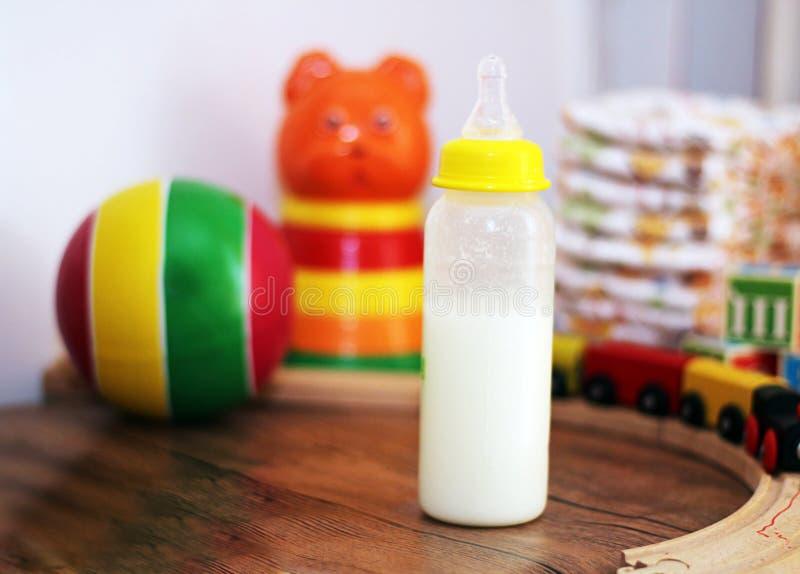 Babymilch und Spielwarensammlung lizenzfreie stockfotografie