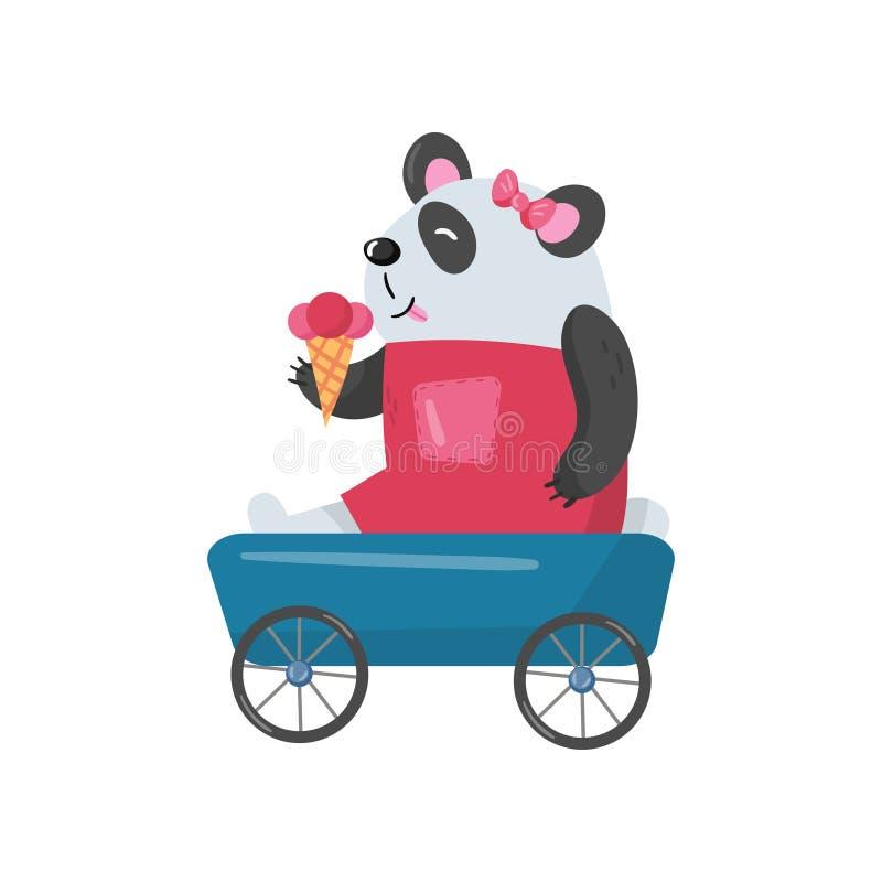 Babypanda, der im Spielzeuglastwagen sitzt und Eiscreme isst Nettes humanisiertes Tier Karikaturbambusbär im rosa Kleid und lizenzfreie abbildung