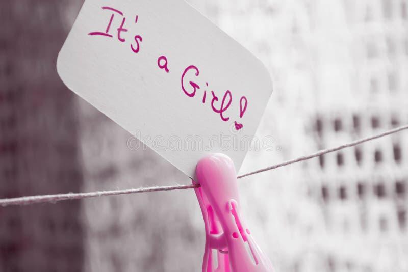 Babyparty ` es ` s ein Mädchen `, Feierkarte, die am Draht mit rosa Wäscheklammer hängen und Raum für Text lizenzfreie stockfotografie