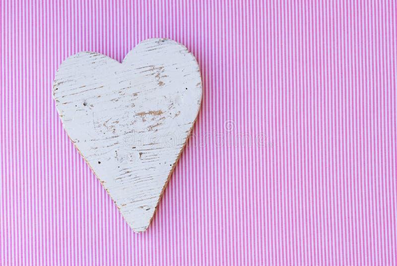 Babypartyhintergrund, sein ein Mädchen mit Herzen auf rosa und weißem gestreiftem Muster lizenzfreie stockbilder