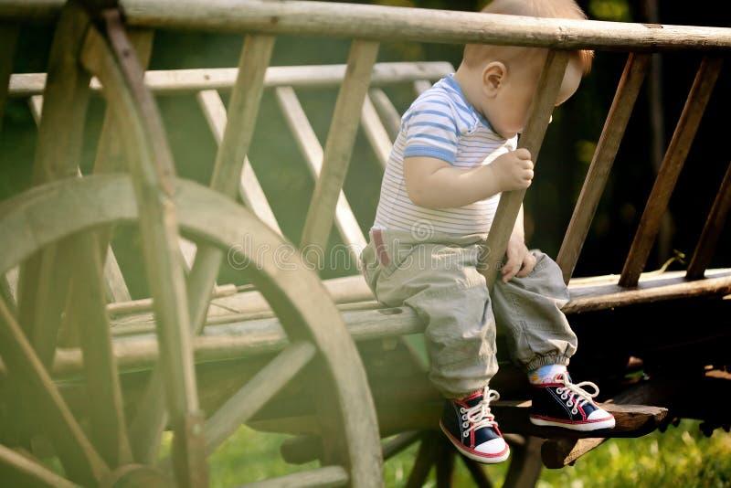 Babyportret.  Droevige jongen op de aardachtergrond stock foto's