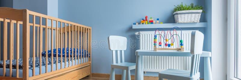 Babyraum in hellblauem stockfotografie