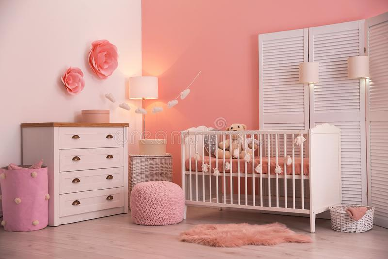 Babyrauminnenraum mit Dekorationen stockfoto