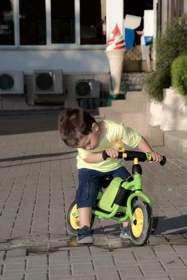Babyreiten auf seinem ersten Fahrrad ohne Pedale lizenzfreie stockfotos
