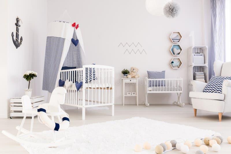 Babyruimte in mariene stijl wordt verfraaid die royalty-vrije stock fotografie