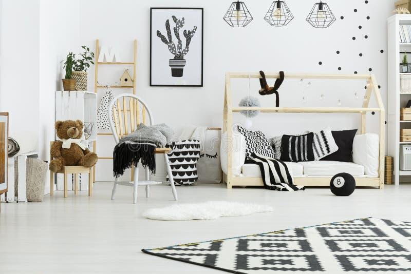 Babyruimte met houten bed royalty-vrije stock afbeelding