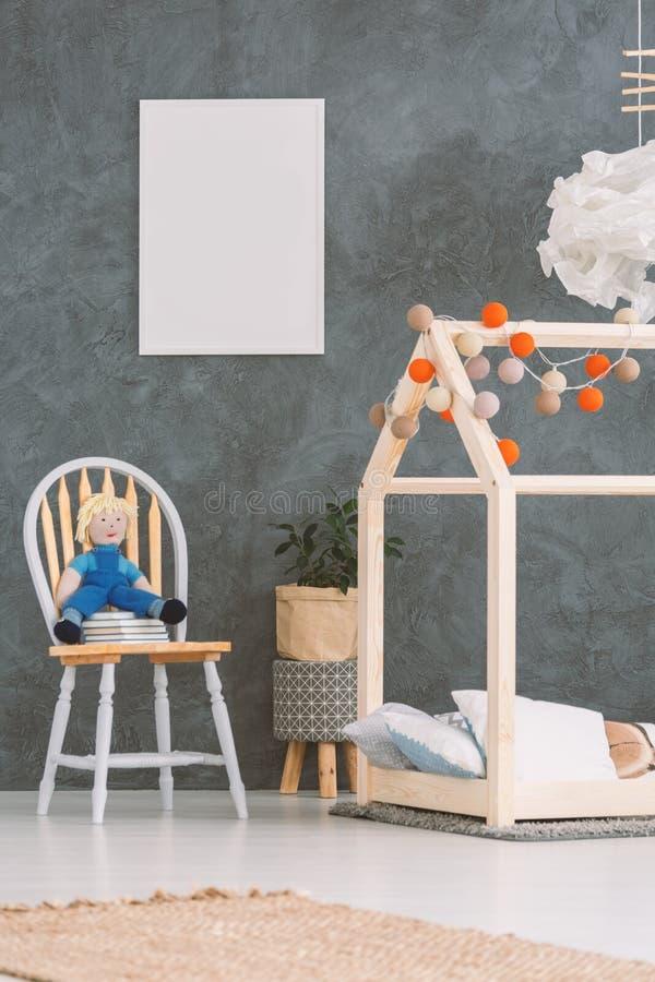Babyruimte met huisbed stock fotografie