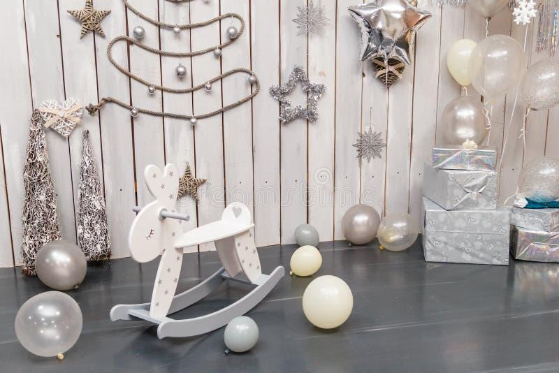Babyruimte in Skandinavische stijl met hobbelpaard, met royalty-vrije stock afbeeldingen