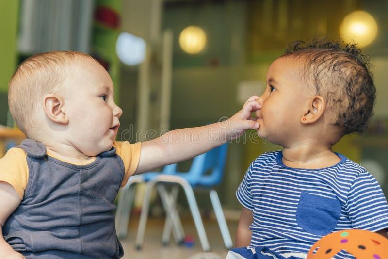Babys bawić się wpólnie zdjęcie royalty free