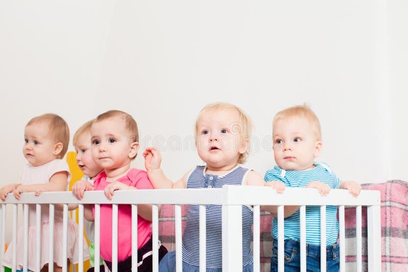 Babys in der Krippe stockfotos