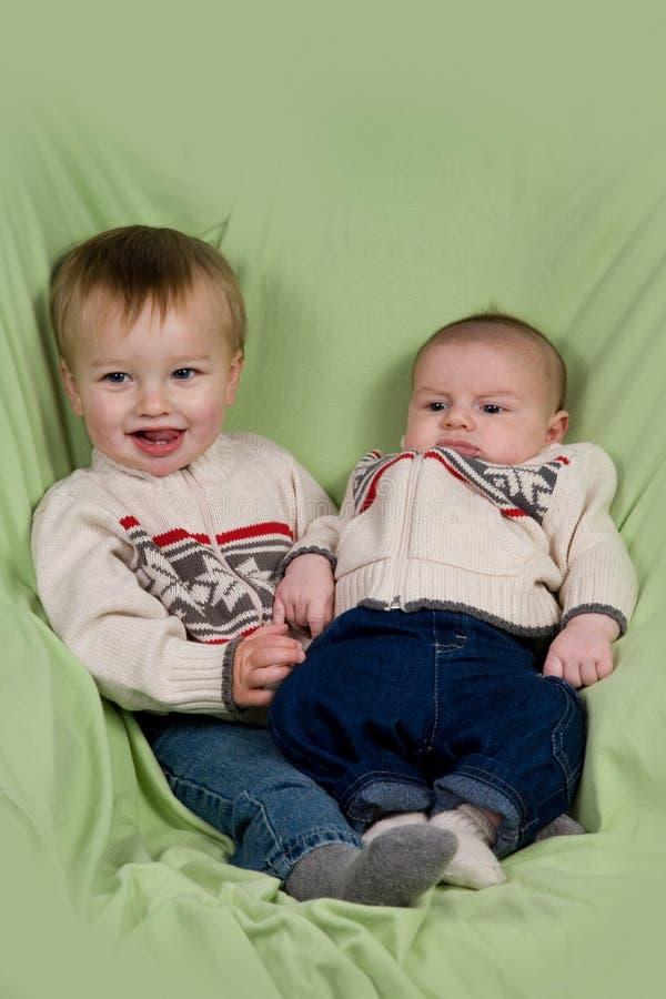 Babys in der Winter-Kleidung lizenzfreie stockfotos