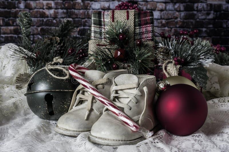 Babys första jul och godisrotting fotografering för bildbyråer