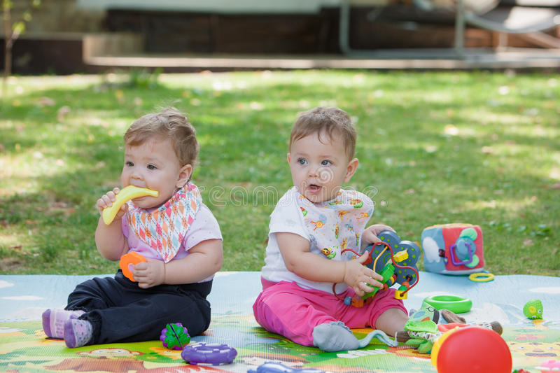Babys, menos que año, jugando con los juguetes imagen de archivo libre de regalías