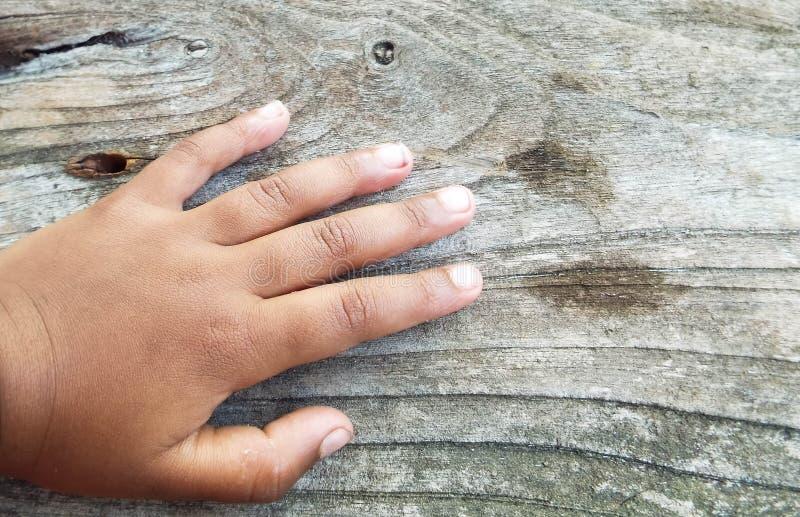 Babys ręka na drewnianej podłoga zdjęcie stock
