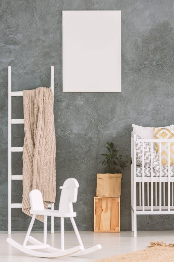 Babyschlafzimmer mit weißem Feldbett lizenzfreie stockbilder