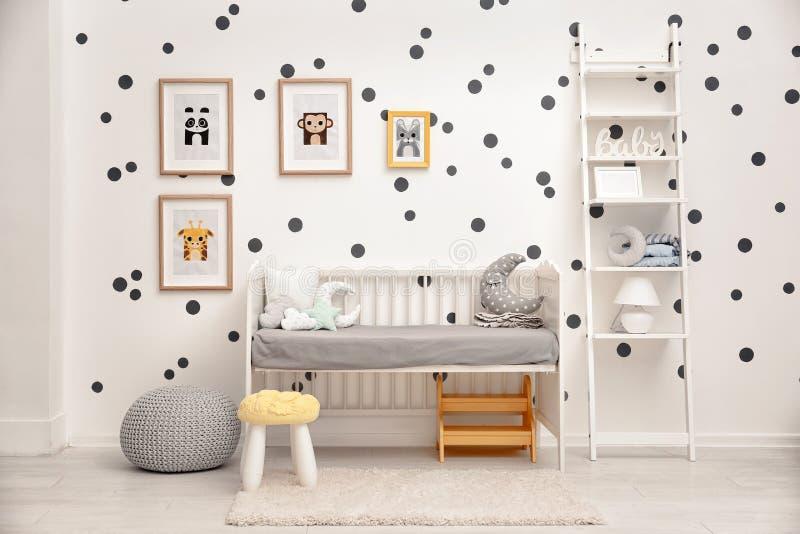 Babyschlafzimmer verziert mit Bildern lizenzfreie stockfotos