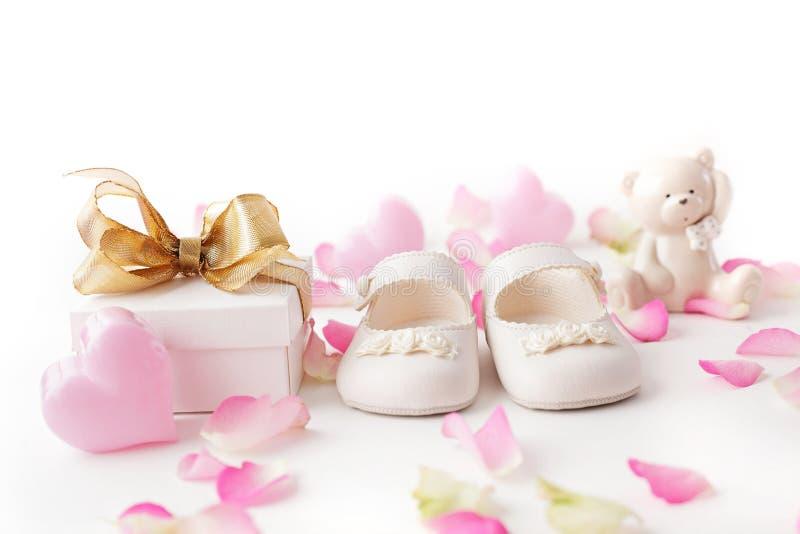 Babyschoenen en gift royalty-vrije stock foto