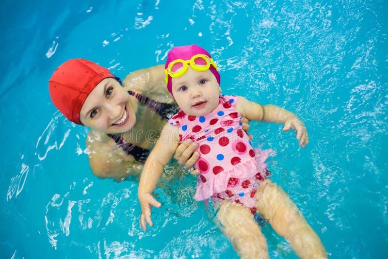 Babyschwimmen stockbild