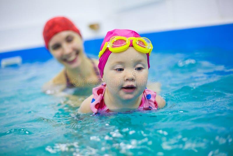 Babyschwimmen stockbilder