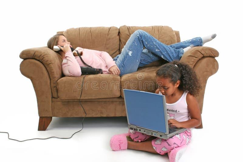 Babysitter-Couch-Computer-Telefon stockfotografie