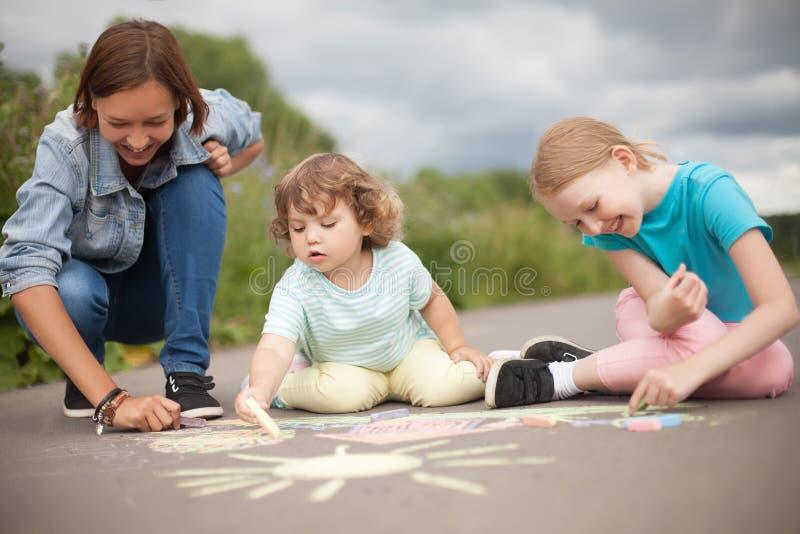Babysitter eller dagisbegrepp Barn som drar med colo c royaltyfria foton