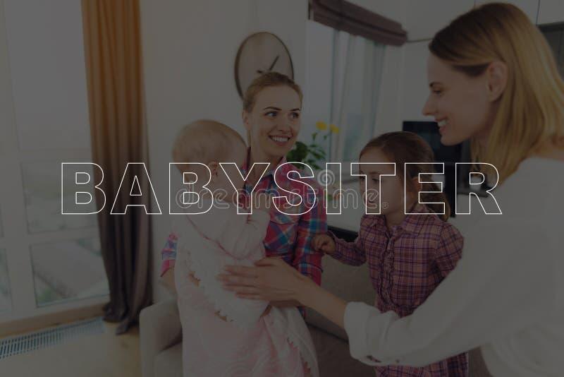 Babysitter Meets la mère avec ses enfants photographie stock