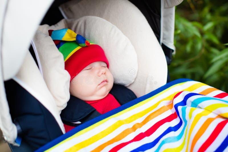 Babyslaap in een wandelwagen stock afbeeldingen