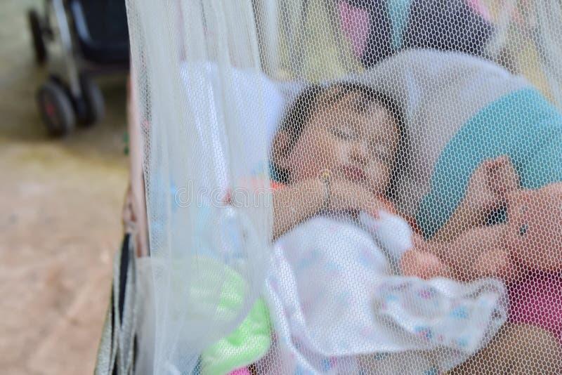 Babyslaap onder klamboes in wieg, geselecteerde nadruk royalty-vrije stock foto