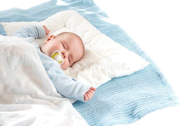 Babyslaap op blauwe deken stock afbeelding
