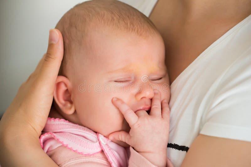 Babyslaap op Mamma` s Wapen royalty-vrije stock afbeeldingen