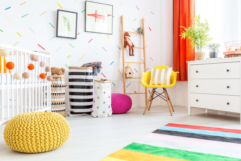 Babyslaapkamer met gele poef stock fotografie