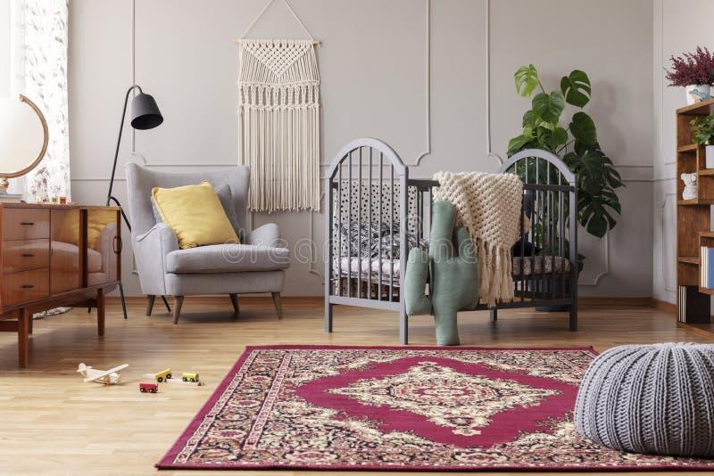 babyslaapkamer met uitstekend meubilair, echte foto met exemplaarruimte royalty-vrije stock foto's
