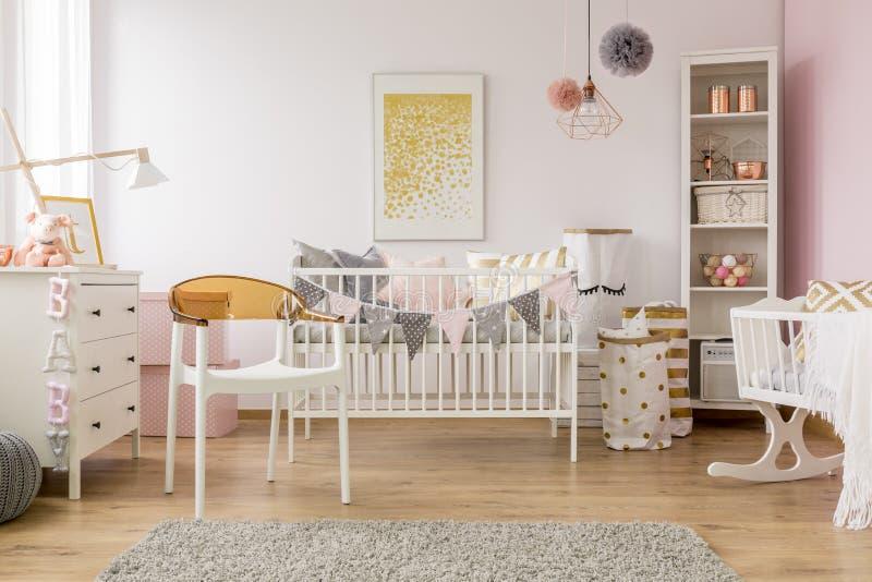 Babyslaapkamer met witte stoel royalty-vrije stock foto's