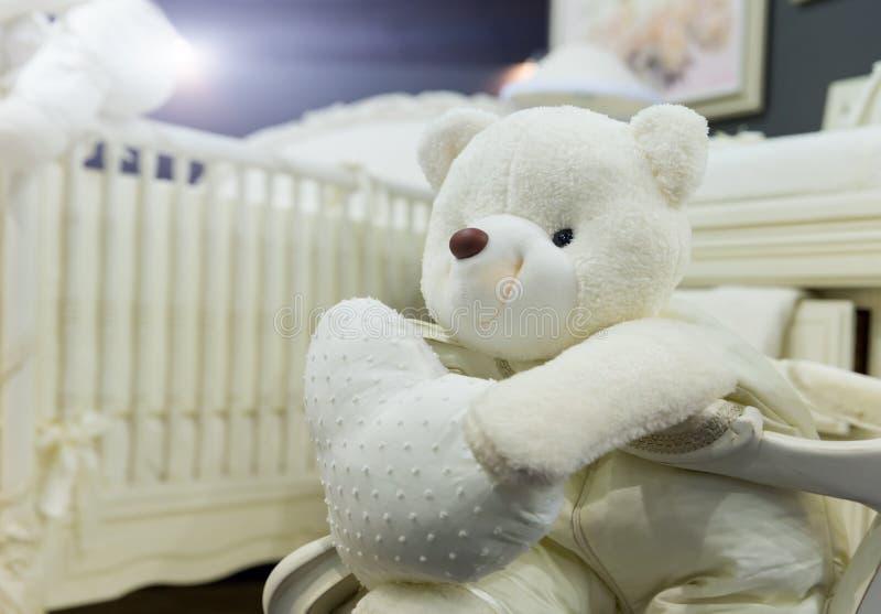 Babyslaapkamer met witte teddybeer stock afbeeldingen