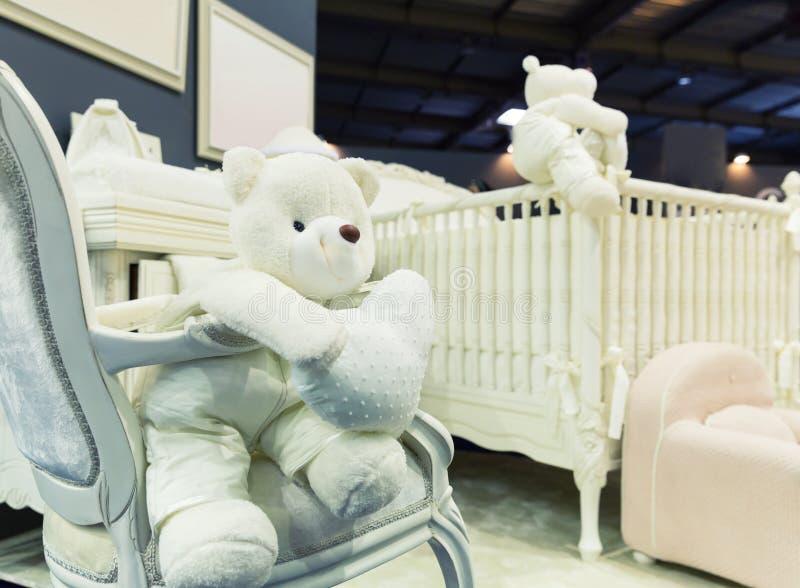 Babyslaapkamer met witte teddybeer stock foto