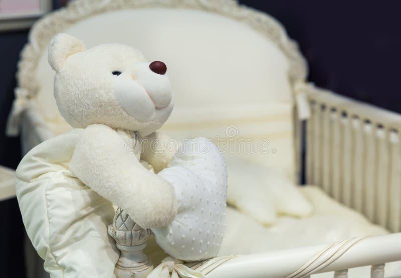Babyslaapkamer met witte teddybeer royalty-vrije stock afbeeldingen